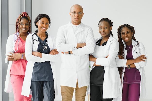 アフリカ系アメリカ人の黒人医師の女性と医療グループ