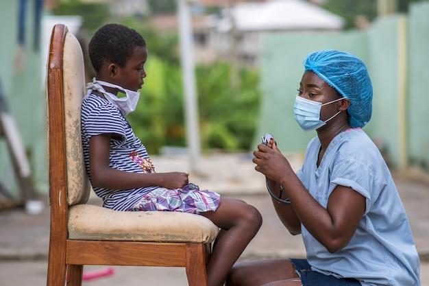 의사에 의해 검 진을 받고 아프리카 계 미국인 소년