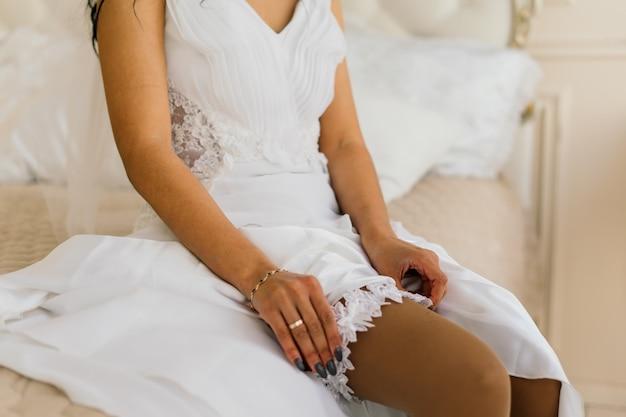 호텔 방에서 결혼식을 준비하는 아침에 드레스에 아프리카 계 미국인 신부