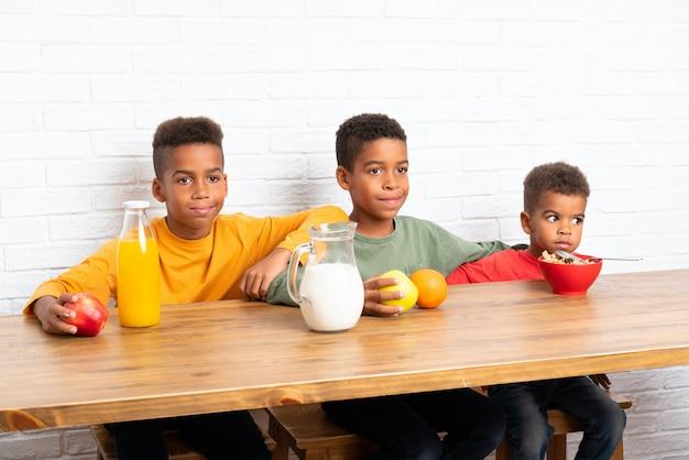 朝食を食べているアフリカ系アメリカ人の兄弟
