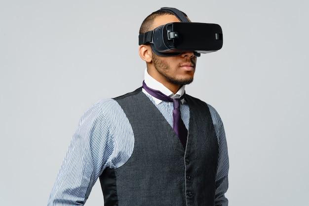 Афро-американский деловой человек, используя гарнитуру виртуальной реальности vr