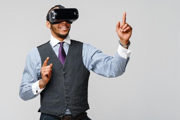 Афро-американский деловой человек, используя гарнитуру виртуальной реальности vr.