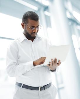 노트북으로 아프리카 계 미국인 사업가