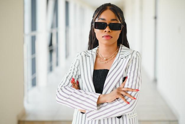 Афро-американская деловая женщина в солнцезащитных очках