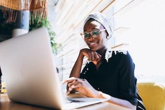 アフリカ、アメリカ人、ビジネス、女性、ラップトップ