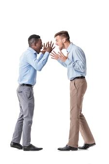 白を主張するアフリカ系アメリカ人のビジネスマンと白人のビジネスマン