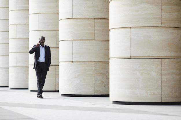 都市のアフリカ系アメリカ人のビジネスマン