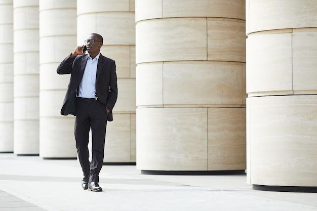 街を歩いてアフリカ系アメリカ人のビジネスマン