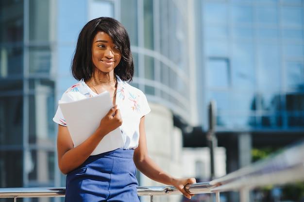 Портрет афро-американской бизнес-леди, талия вверх