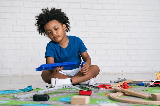 집에서 그의 장난감을 가지고 노는 아프리카 계 미국인 아이