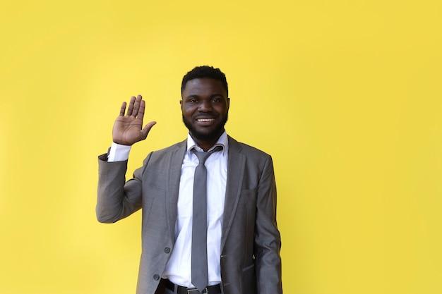 Афроамериканец считает до 5, жест рукой, баннер