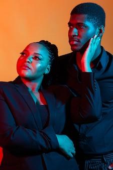 古典的な服を着て恋にアフリカ系アメリカ人のカップル