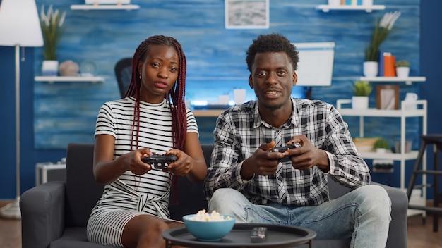 Афро-американская пара проигрывает матч в видеоигре