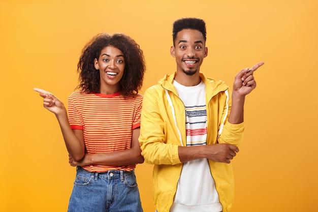 両側を指しているアフリカ系アメリカ人のカップル。