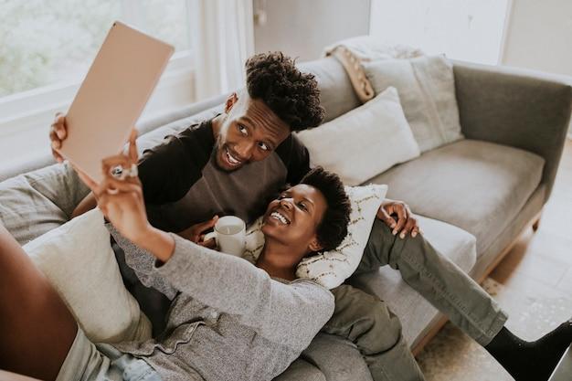自撮り写真を撮るアフリカ系アメリカ人のカップル