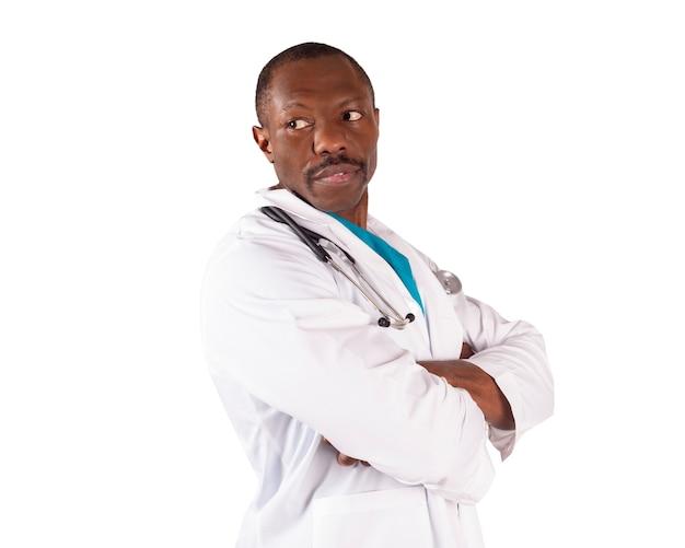 Афро-американский доктор скрещенными руками, белый фон