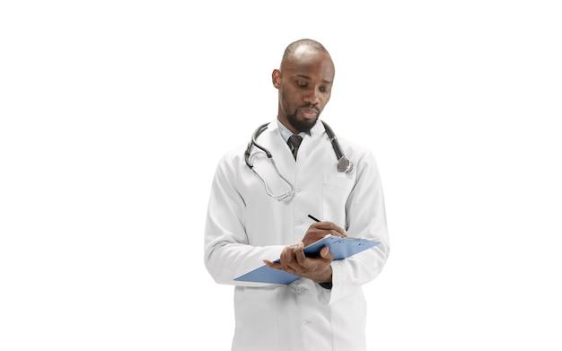 전문 직업 흰색 배경에 고립 된 아프리카계 미국인 의사. 건강과 생명을 구하기 위한 매일의 노력. 전체 길이 초상화입니다. 의학, 의료, 직업 개념입니다.