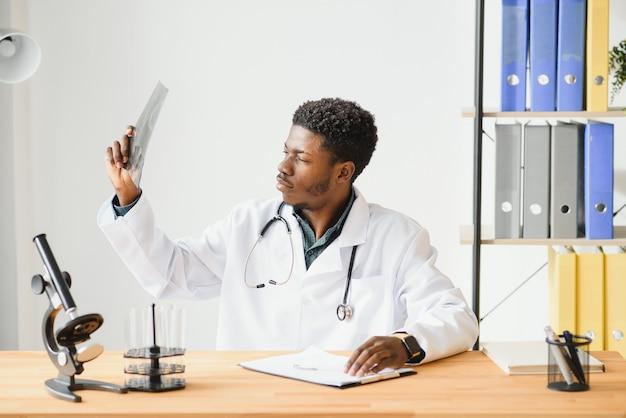 オフィスで患者のx線を見てアフリカ系アメリカ人の医師
