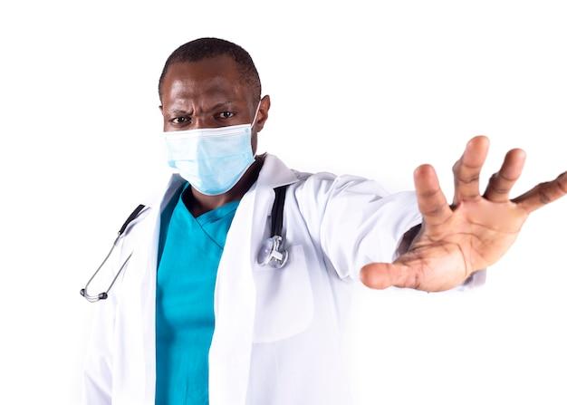 Афро-американский доктор социального дистанцирования ковид-19