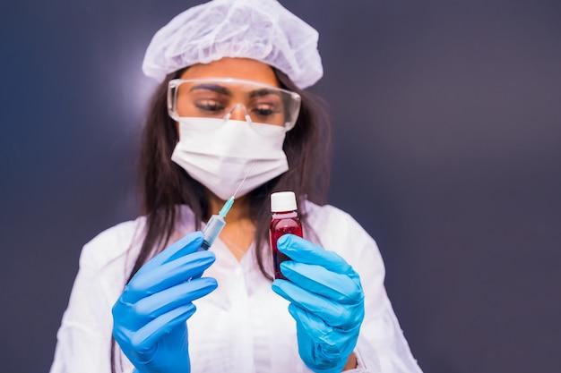 Афро-американский врач с вакциной от коронавируса в руках