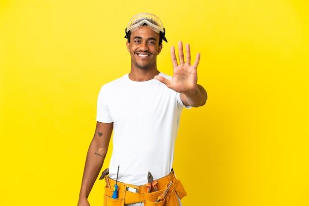 손가락으로 5 세 고립 된 노란색 벽 위에 아프리카 계 미국인 전기 남자