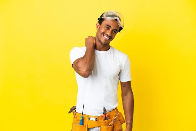 격리 된 노란색 벽 웃음을 통해 아프리카 계 미국인 전기 남자