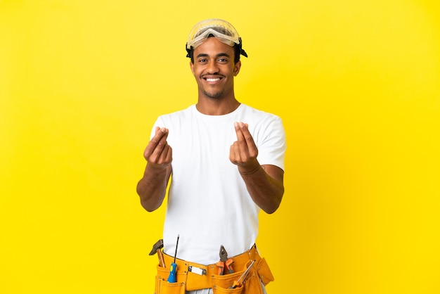 돈 제스처를 만드는 고립 된 노란색 벽 위에 아프리카 계 미국인 전기 남자