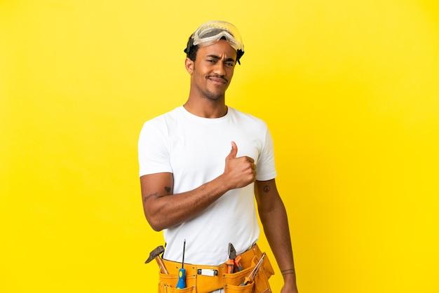자랑스럽고 자기 만족 고립 된 노란색 벽 위에 아프리카 계 미국인 전기 남자