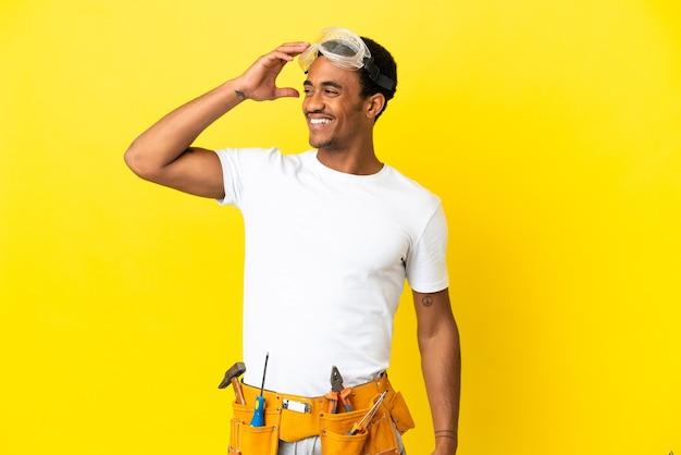 많이 웃 고 고립 된 노란색 벽 위에 아프리카 계 미국인 전기 남자