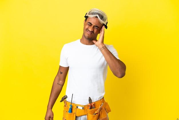 두통으로 고립 된 노란색 벽에 아프리카 계 미국인 전기 남자