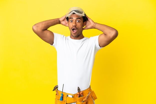 놀라운 표정으로 고립 된 노란색 벽 위에 아프리카 계 미국인 전기 남자