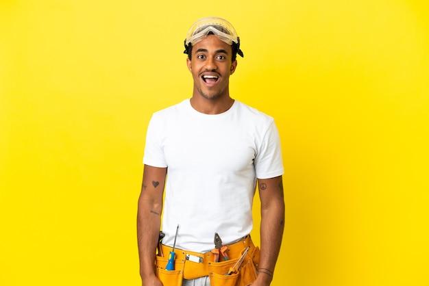 놀란 표정으로 고립된 노란색 벽 위에 아프리카계 미국인 전기 남자