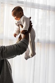 混血の赤ちゃんの息子と遊ぶアフリカ系アメリカ人の父