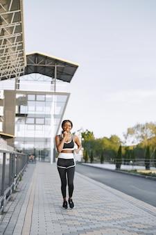 Афро-американская фитнес-модель, бег на открытом воздухе