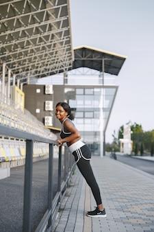 Афро-американская фитнес-модель тренируется на открытом воздухе