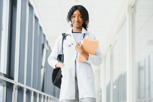 アフリカ系アメリカ人の女の子の医学生