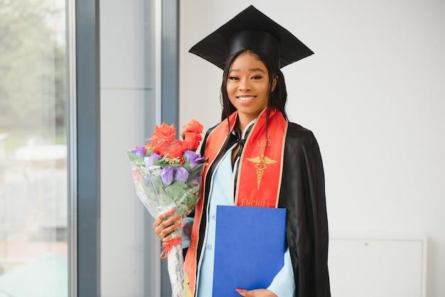 Афро-американский выпускник с дипломом. Premium Фотографии