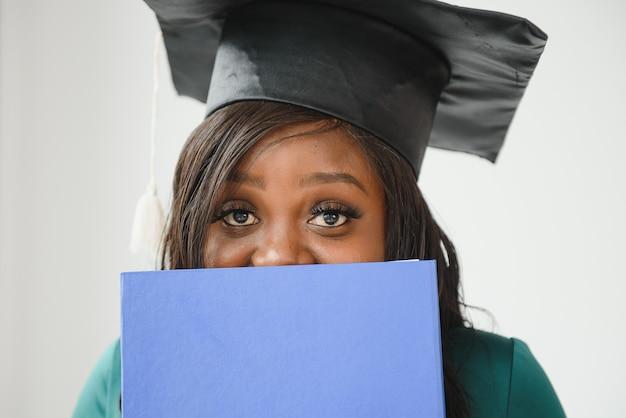 Афро-американский выпускник с дипломом.