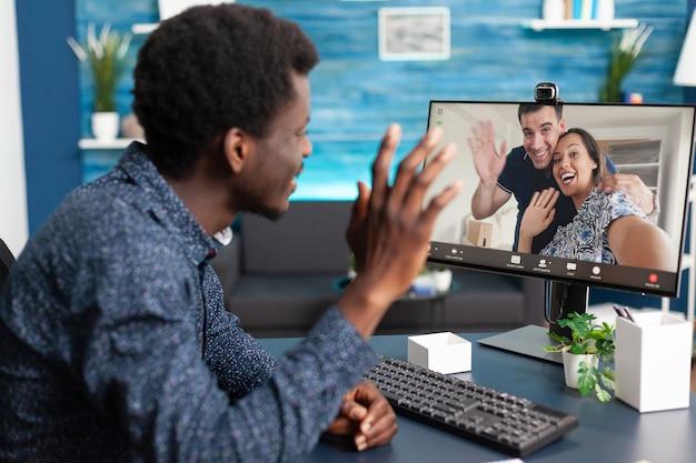 友人と話しているオンラインビデオ通話チャットのアフリカ系アメリカ人の男