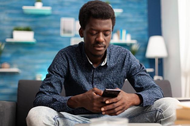 スマートフォンを使用してビデオ通話でアフリカ系アメリカ人の男
