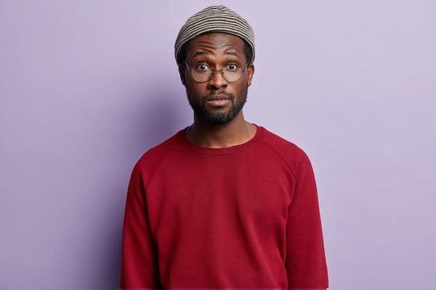 Афро-американский парень в красной рубашке и модной шляпе