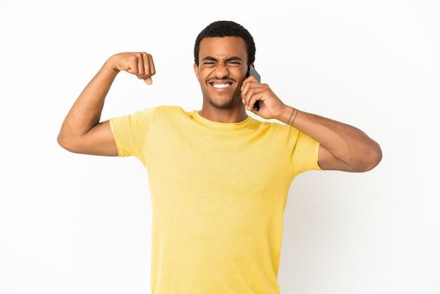 Афро-американский красавец с помощью мобильного телефона на изолированном белом фоне, делая сильный жест