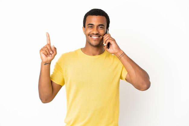 Афро-американский красавец, использующий мобильный телефон на изолированном белом фоне, указывая на отличную идею