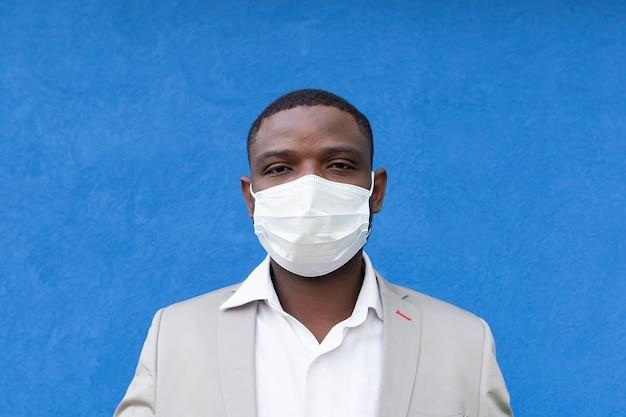 파란색 배경에 보호 마스크에 아프리카 계 미국인