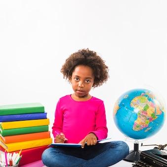 Bambino afro-americano studiando in studio