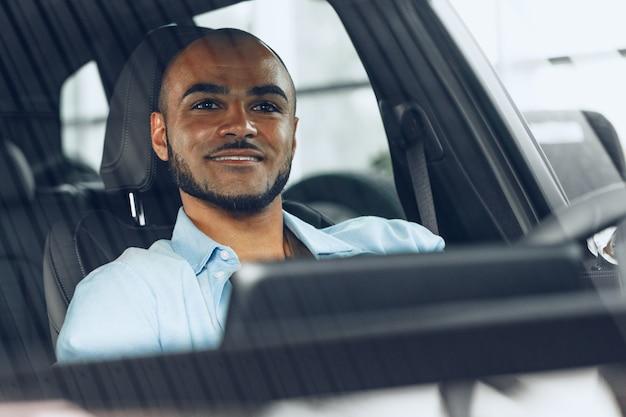 車に座っているアフリカ系アメリカ人の男性ドライバー