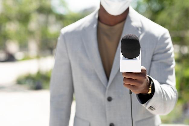 Афро-американский журналист-мужчина