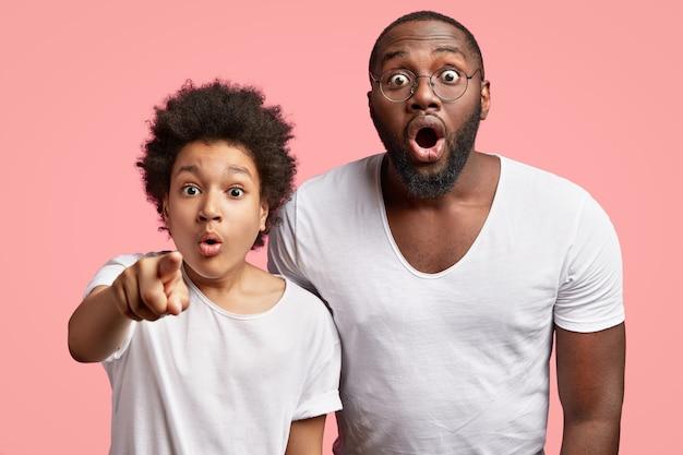 아프리카 계 미국인 남자와 흰색 티셔츠에 아이