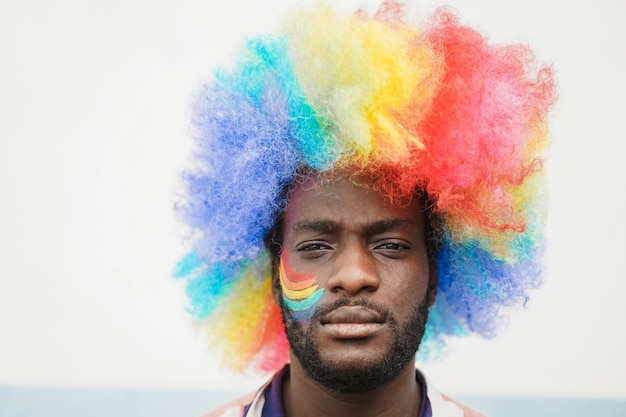 Афро-американский мужчина на гей-параде на открытом воздухе