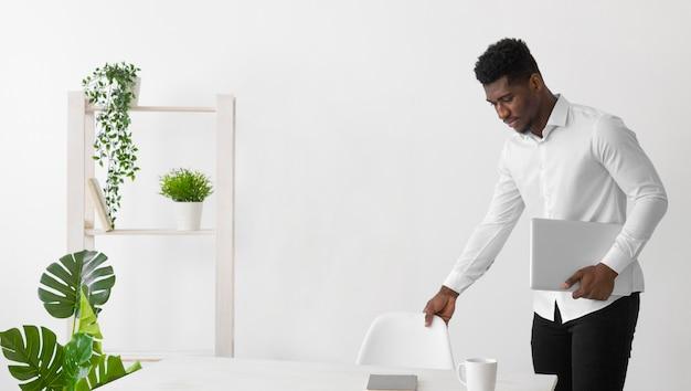 オフィスでアフリカ系アメリカ人の男